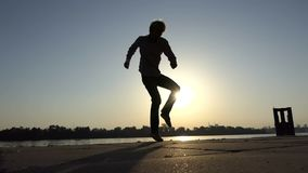 Disco χορών νεαρών άνδρων ενεργά σε μια όχθη ποταμού στην slo-Mo απόθεμα βίντεο