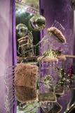Σφαίρα Disco Οι διεσπαρμένα καρέκλες και τα γυαλιά, μπουκάλια σαμπάνιας Έκθεση Διακοσμητικό επίδειξη-παράθυρο Ρόδινα χρώματα Χάος στοκ φωτογραφία