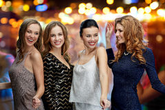 Ευτυχές νέο disco λεσχών γυναικών που χορεύουν τη νύχτα Στοκ φωτογραφία με δικαίωμα ελεύθερης χρήσης