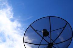 Disco basado en los satélites contra el cielo azul foto de archivo