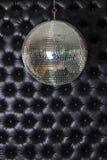 Disco-boule brillante argentée sur le fond noir de sofa photos libres de droits