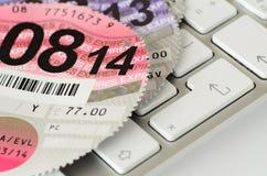 Disco BRITÁNICO expirado del impuesto sobre los vehículos en un teclado Imagenes de archivo
