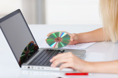 Disco compacto y ordenador portátil Imagen de archivo libre de regalías