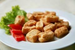 Disco con i morsi del pollo, pomodori Fotografia Stock