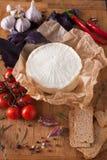 Disco con las hierbas, paneer indio hecho en casa del queso Imagen de archivo