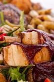 Disco de carnes, de la ensalada y de patatas fritas mezcladas Foto de archivo