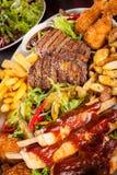 Disco de carnes, de la ensalada y de patatas fritas mezcladas Fotos de archivo libres de regalías