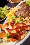 Disco de carnes, de la ensalada y de patatas fritas mezcladas Foto de archivo libre de regalías