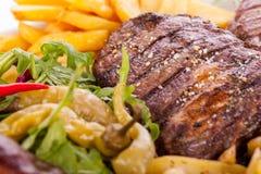 Disco de carnes, de la ensalada y de patatas fritas mezcladas Imágenes de archivo libres de regalías