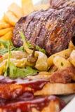 Disco de carnes, de la ensalada y de patatas fritas mezcladas Imagen de archivo