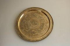 Disco de cobre amarillo decorativo hecho en la India fotos de archivo libres de regalías