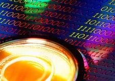 Disco de DVD con el código de Binaire Fotos de archivo
