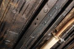Disco de freio da roda do carro da limpeza do mecânico de carro da corrosão da oxidação na estação do serviço de reparações do au fotografia de stock royalty free