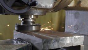 Disco de gerencio de uma máquina de moedura que mói um volume do metal, parte industrial de maquinaria video estoque
