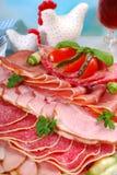 Disco de la carne, del jamón y del salami curados en la tabla del comedor Imagenes de archivo