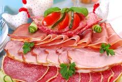 Disco de la carne, del jamón y del salami curados en la tabla del comedor Imagen de archivo