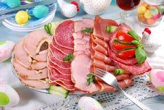 Disco de la carne, del jamón y del salami curados en la tabla del comedor Fotos de archivo libres de regalías