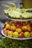 Disco de la fruta en la tabla Foto de archivo libre de regalías