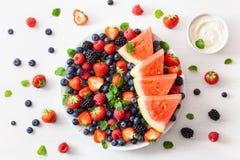 Disco de la fruta y de la baya sobre blanco ar?ndano, fresa, frambuesa, zarzamora, sand?a fotografía de archivo