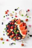 Disco de la fruta y de la baya sobre blanco ar?ndano, fresa, frambuesa, zarzamora, sand?a imagen de archivo libre de regalías