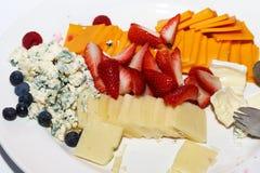 Disco de la fruta y del queso para el cóctel foto de archivo