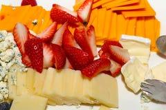 Disco de la fruta y del queso para el cóctel fotografía de archivo