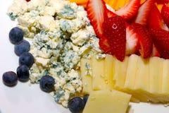 Disco de la fruta y del queso para el cóctel foto de archivo libre de regalías