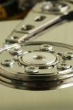 Disco de la unidad de disco duro:  Dentro de una unidad de disco duro (macro) Fotos de archivo libres de regalías