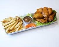 Disco de las alas de pollo y de las patatas fritas imagenes de archivo