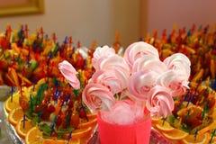 Disco de los estallidos de la torta, primer Barra de caramelo y concepto del abastecimiento para el cumpleaños, la boda y la otra fotos de archivo
