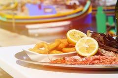 Disco de los mariscos servido en restaurante mediterráneo Fotos de archivo