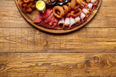 Disco de los mariscos y de la carne en fondo de madera de la tabla Fotografía de archivo libre de regalías