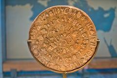Disco de Phaestos com o roteiro desconhecido exibited no museu da arqueologia de Heraklion, ilha da Creta fotografia de stock