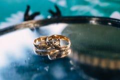 Disco de plata con los anillos de bodas de oro hermosos foto de archivo