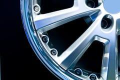 Disco de rueda gris de Metall en fondo negro Fotografía de archivo