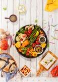 Disco de verduras asadas a la parrilla en la mesa de picnic Imágenes de archivo libres de regalías