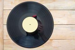 Disco de vinilo con el espacio delante de los títulos simulados de los álbumes de una colección, proceso de la copia del vintage Fotografía de archivo libre de regalías