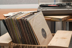 Disco de vinilo con el espacio delante de los títulos simulados de los álbumes de una colección, proceso de la copia del vintage Imagen de archivo libre de regalías