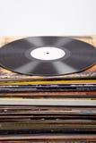 Disco de vinilo con la etiqueta blanca en las cubiertas del álbum, fondo blanco, Foto de archivo