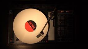 Disco de vinilo en el jugador Juega una canción de una placa giratoria vieja metrajes