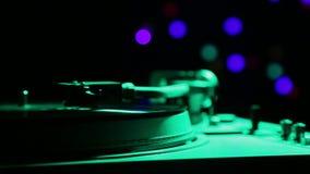 Disco de vinilo en el jugador en la luz del disco metrajes