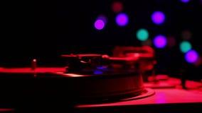 Disco de vinilo en el jugador en la luz del disco almacen de video