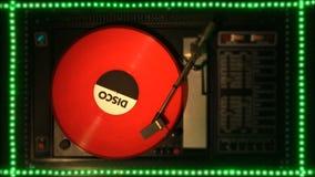 Disco de vinilo en el pleer Juega una canción de una placa giratoria vieja almacen de video