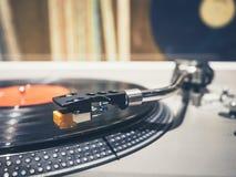 Disco de vinilo en el vintage de la música del jugador de la placa giratoria retro imagenes de archivo