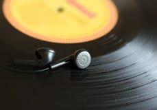 Disco de vinilo de la música La placa y los auriculares se cierran para arriba,  del musiÑ fotografía de archivo