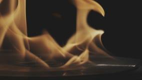 Disco de vinilo de plata que gira en el fuego