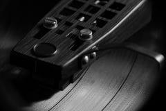Disco de vinilo que juega en B&W II Fotos de archivo libres de regalías
