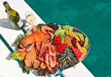 Disco dei frutti di mare e della frutta con vino fotografia stock