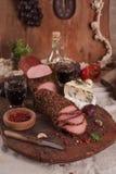 Disco del Antipasto con la diversos carne y queso Imágenes de archivo libres de regalías