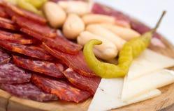 Disco del aperitivo de carnes frías con el chile verde Fotografía de archivo